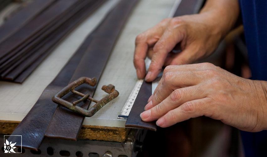 Vom Fell Zum Riemen Herstellung Des Ledergürtels Riemer In Einer