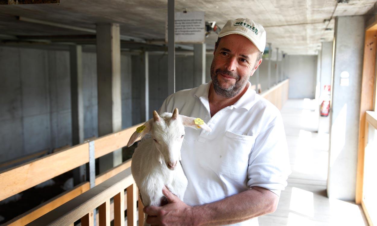 Ingo Metzler mit Ziege - naturhautnah