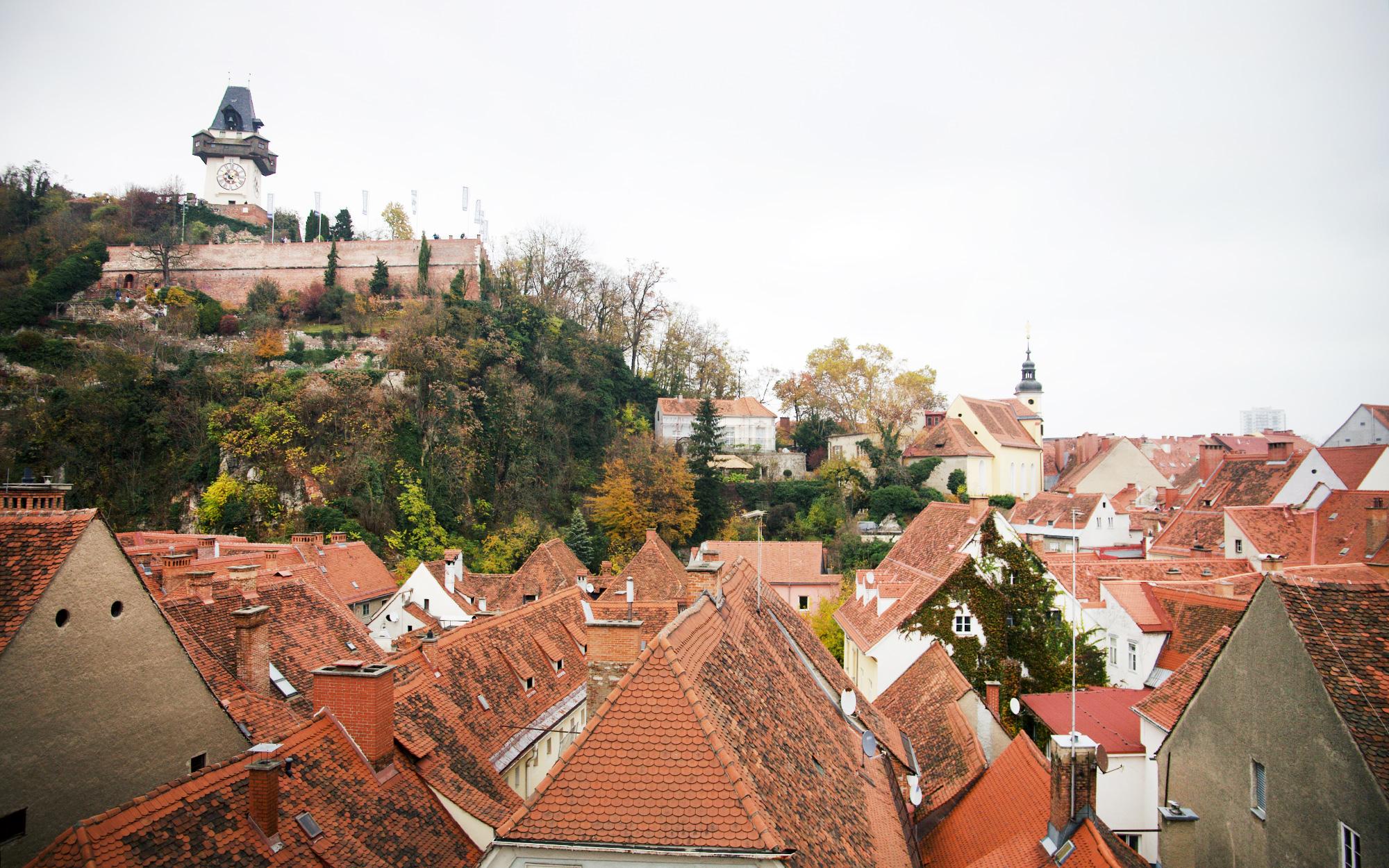 Dächer von Graz mit Uhrturm