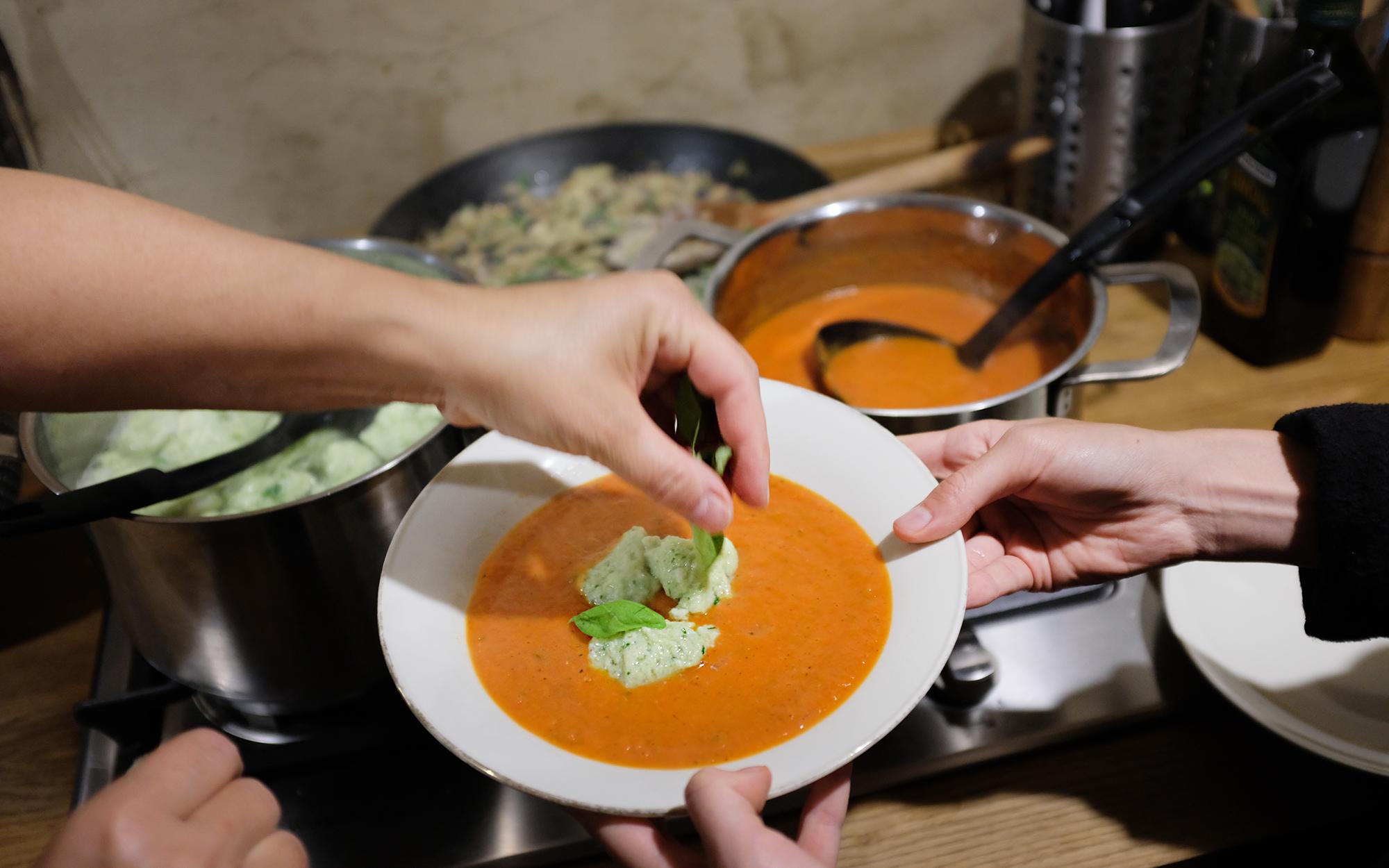 Tomatensuppe mit Basilikumklößchen – Einfaches Rezept | Schönste Zeit Magazin